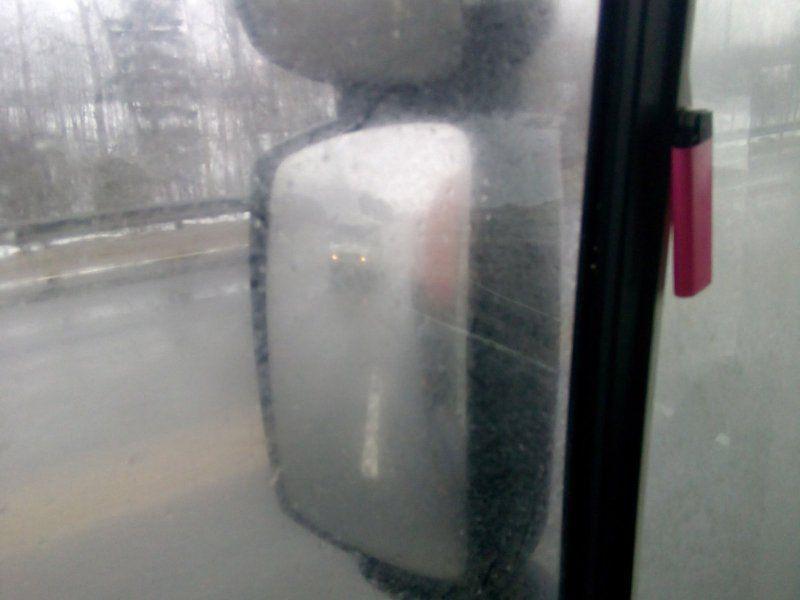 Вид на авто с включенными фарами