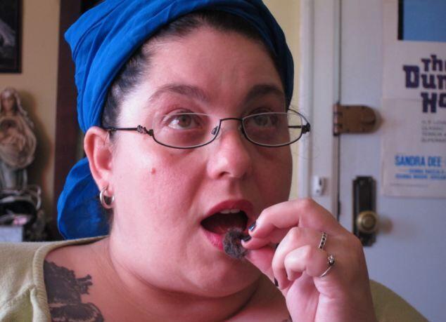 Женщина съела уже 3200 комков шерсти
