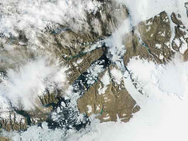 От ледника откололся гигантский айсберг