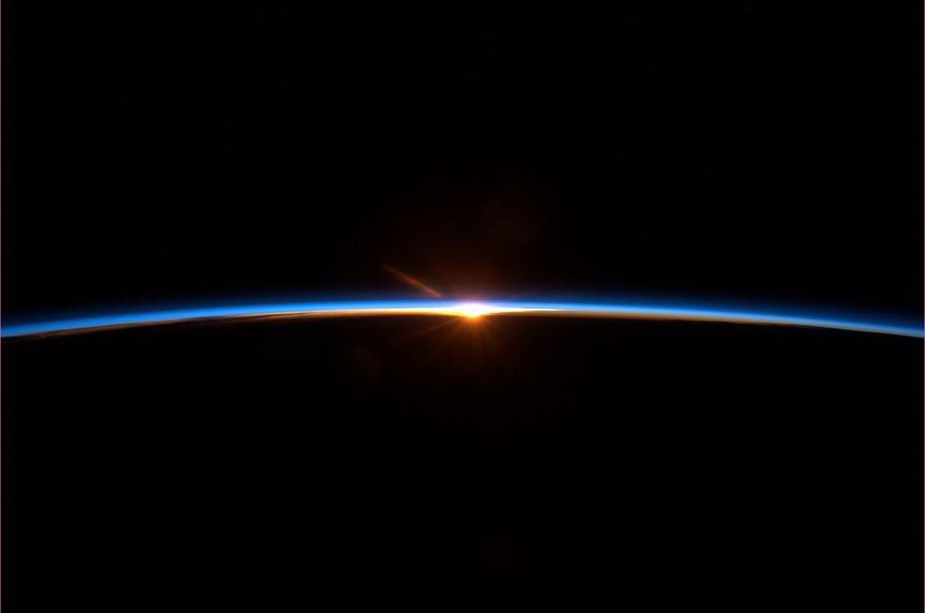 Финал космического полета. Для некоторых это похоже на закат. Но это - новый рассвет.