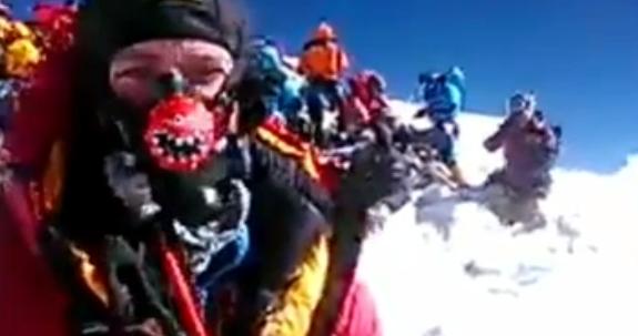 Группа альпинистов на вершине Эвереста