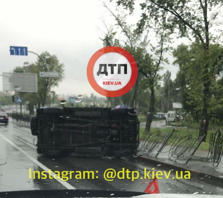 Мокрый асфальт стал причиной опрокидываний авто на Киевщине: Сводка за 25 мая
