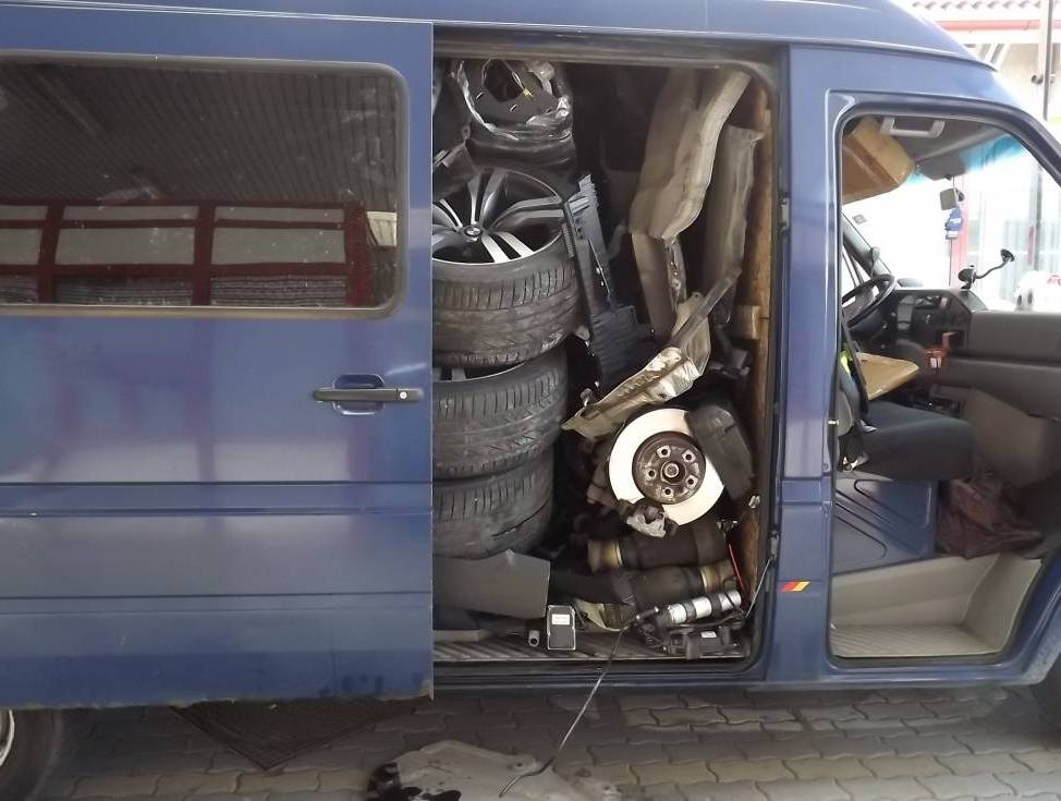 Колеса горе-угонщик снял и аккуратно сложил стопочкой