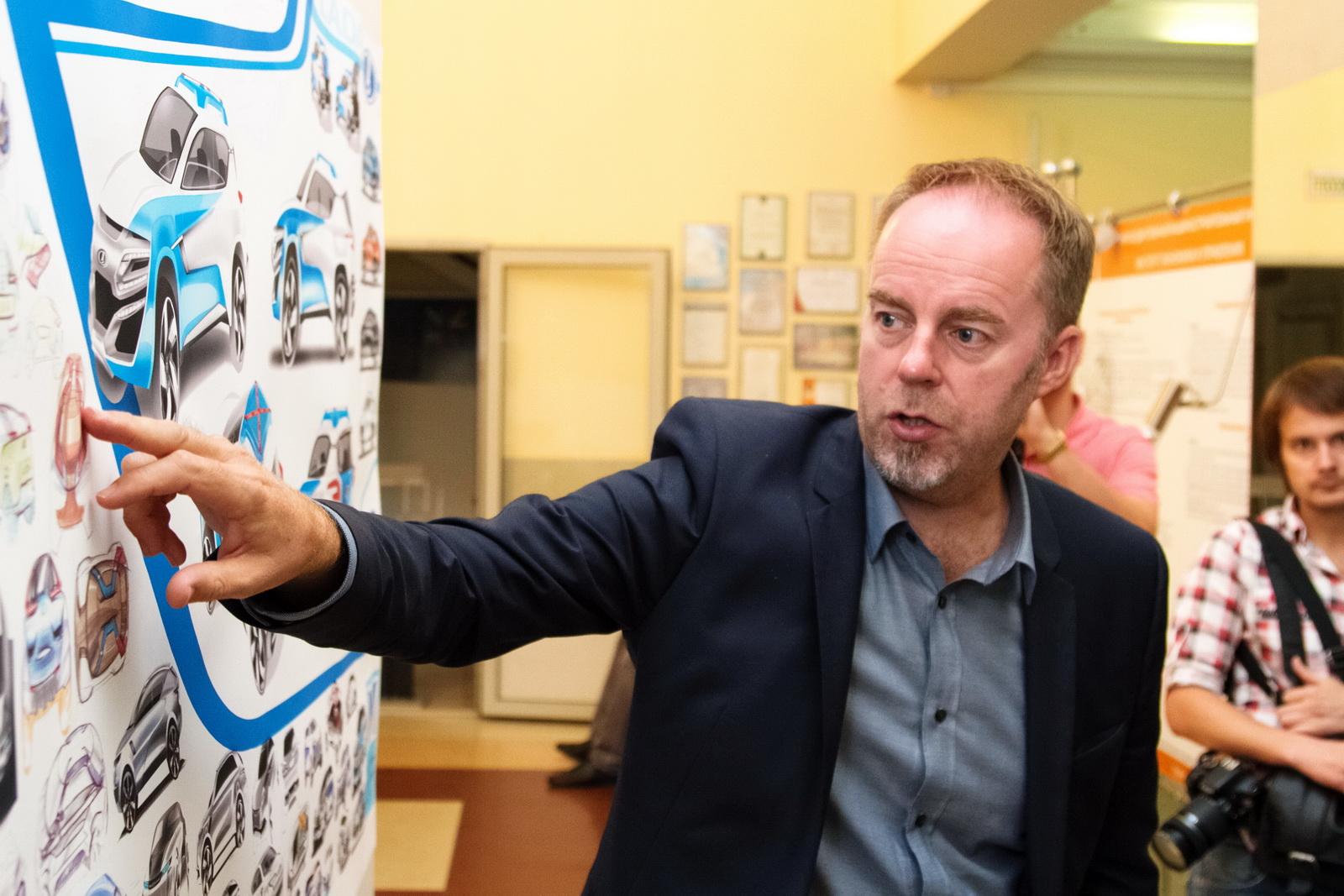 Стив Маттин рассматривает проекты студентов