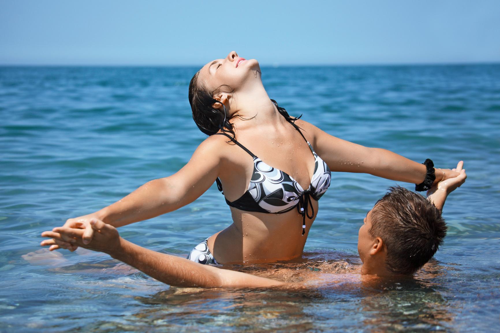 Смотреть купались в море и трахались класное