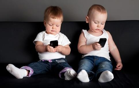 Ученые советуют родителям держать мобильные телефоны подальше от детей до достижения 5-летнего возраста