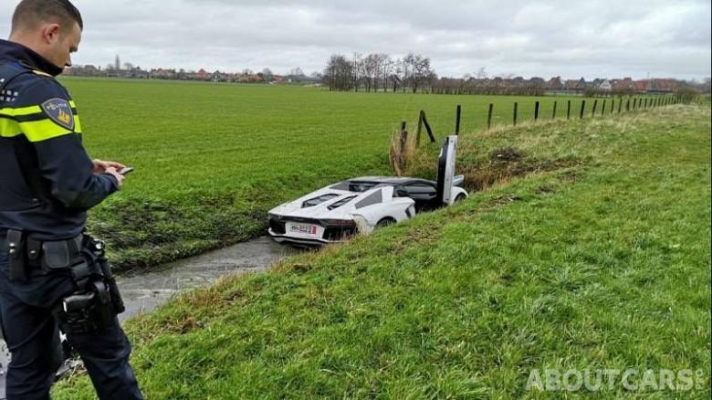 Тормозной путь застрявшего в грязи суперкара явно совпал с руслом канала