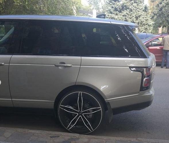 Владельца этого Range Rover финансовые проблемы не остановили
