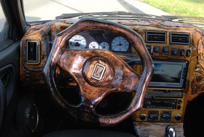Судя по фото, деревянным в машине стал даже руль