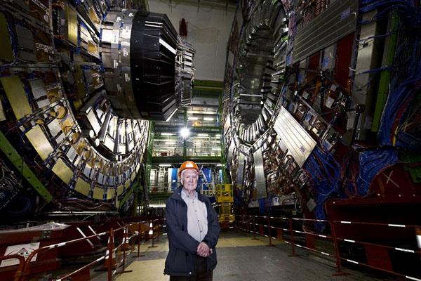 Питер Хиггс возле Большого адронного коллайдера