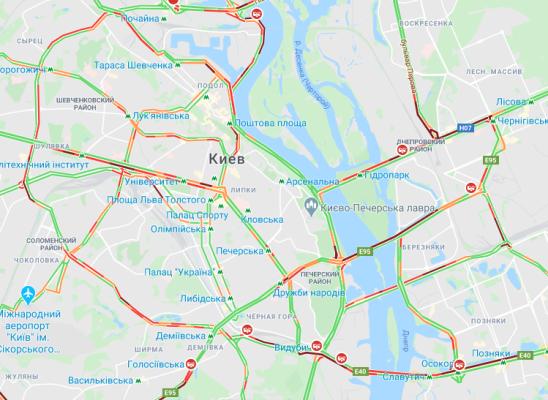 Въезд грузовикам в Киев запретили, но пробок меньше не стало