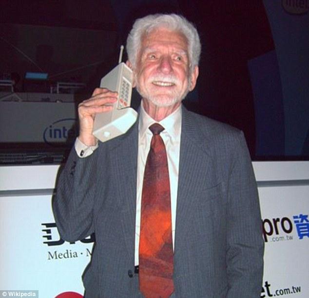 DynaTAC 8000X - первый официальный мобильный телефон появился лишь спустя 40 лет после этих кадров