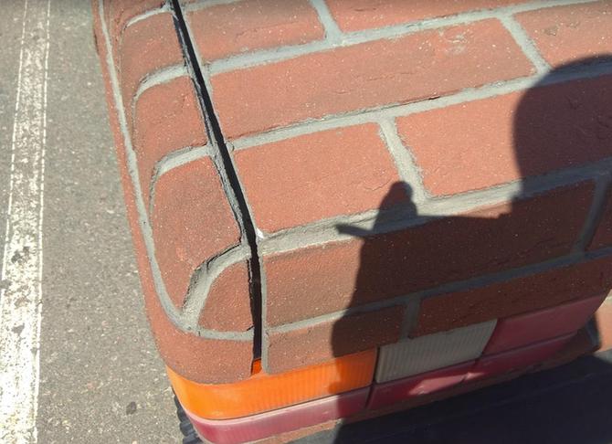 Работа плиточника по поверхности автомобиля выполнена безупречно