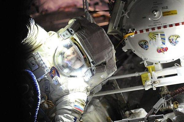 Российские космонавты пробыли в открытом космосе 8 часов