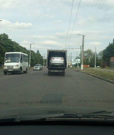 Что побудило транспортировать легковушку таким образом - непонятно
