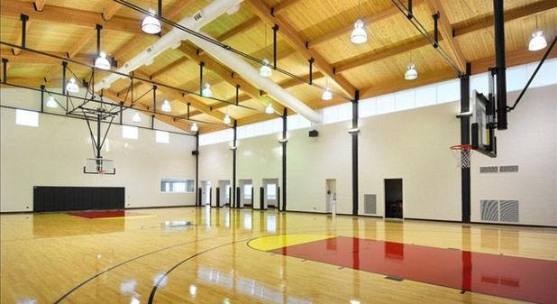 В дома Джордана есть баскетбольная площадка