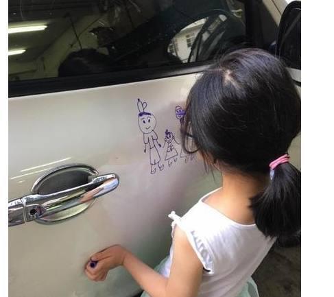 Девочка разрисовала белоснежную дверь авто соседской машины