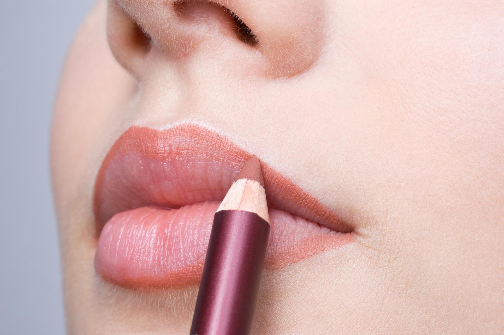 Ярко накрашенные губы у зрелой 5 фотография