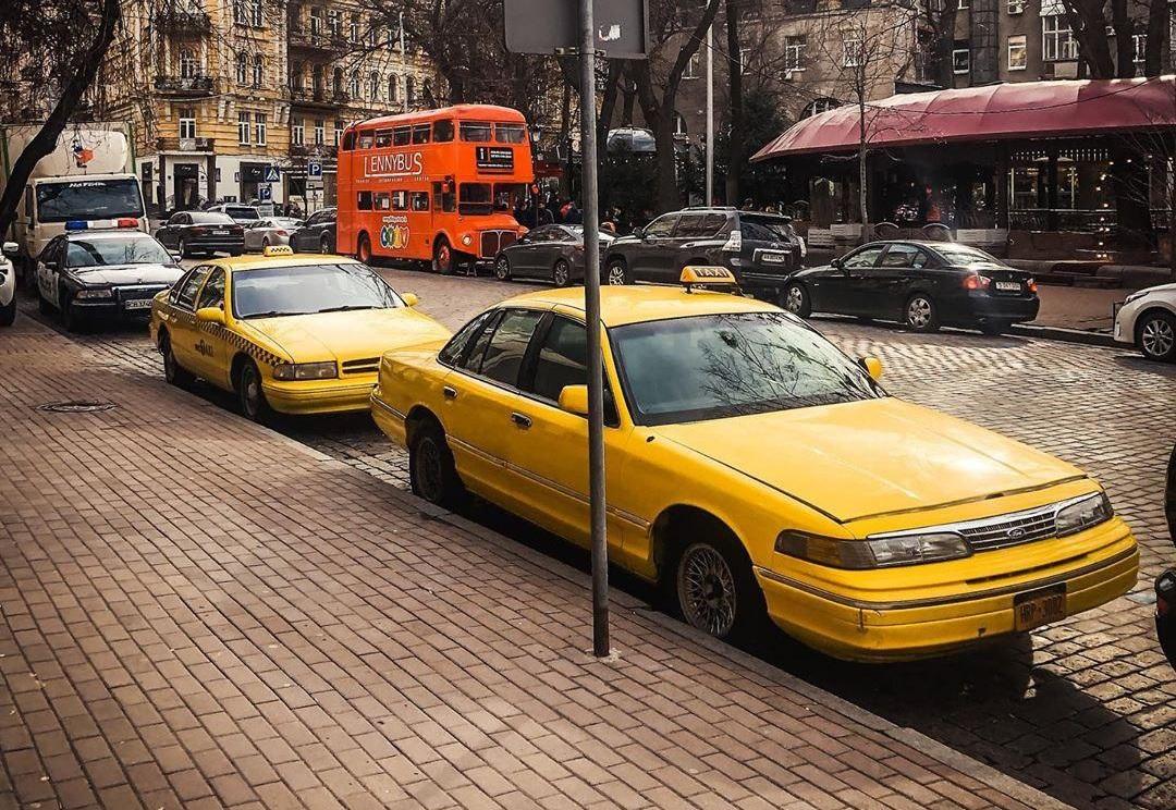 Ford Crown Victoria 1992 на американских регистрационных номерах, его максимальная скорость не превышает 200 км