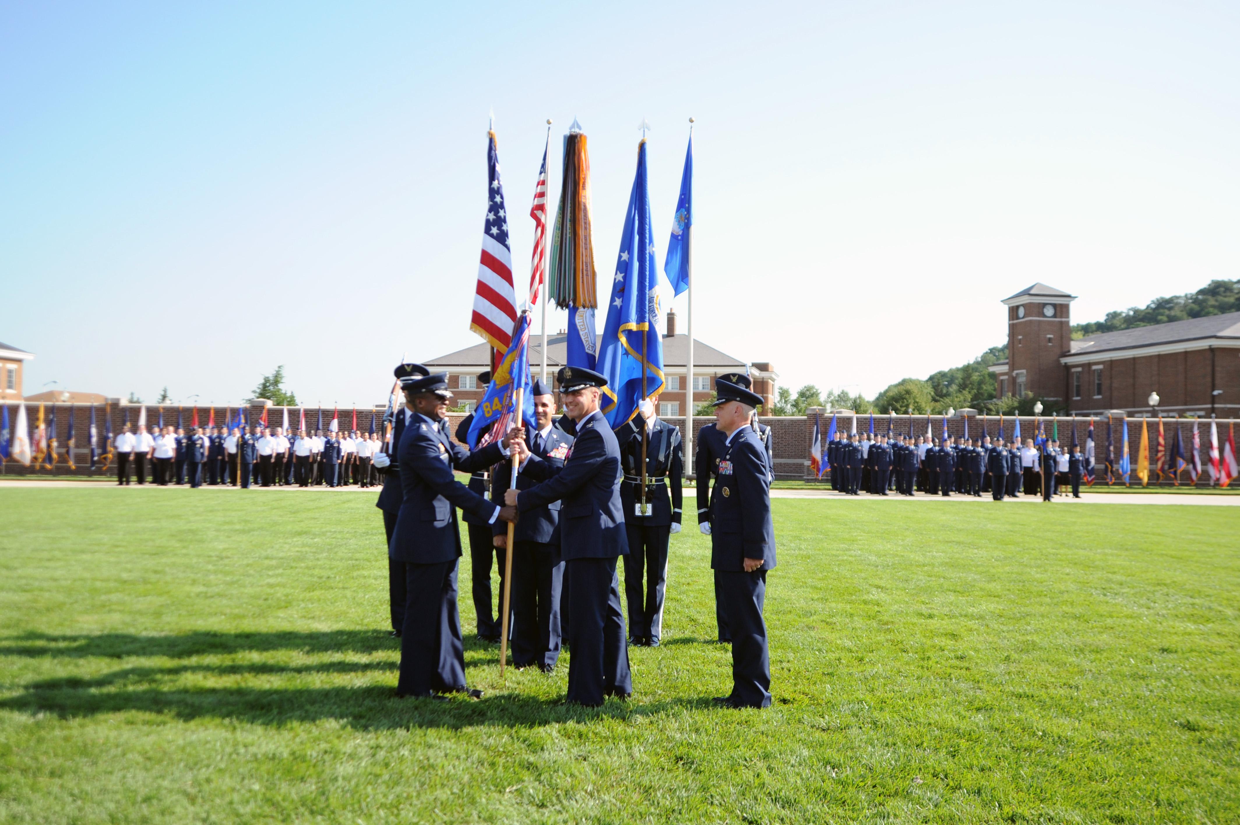 Служба в армии - билет на дорогие вечеринки Вашингтона