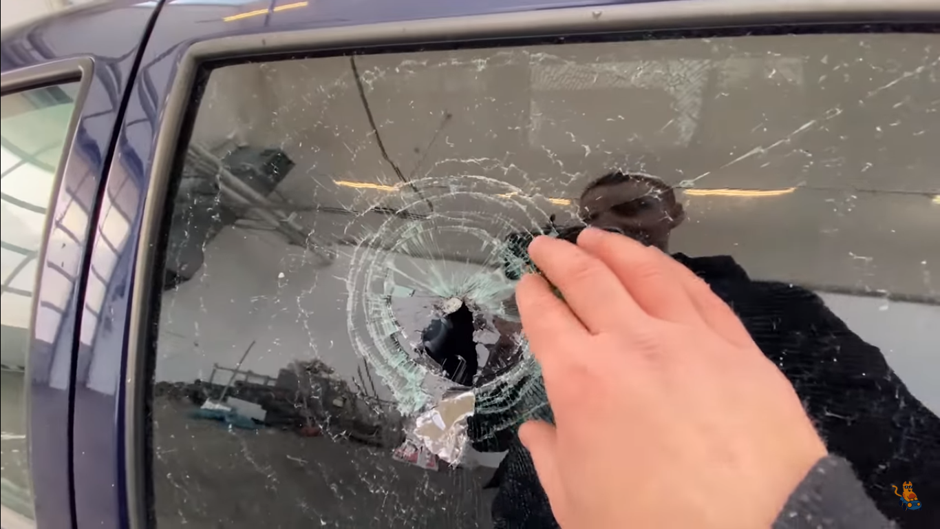 Энтузиасты проверили на прочность стекла в Volkswagen Golf