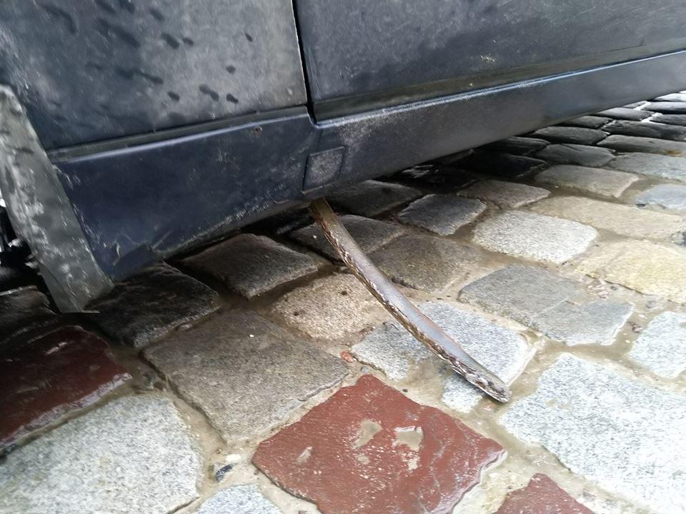 Автомобиль пробил кусок рельсы длинной около 30 см