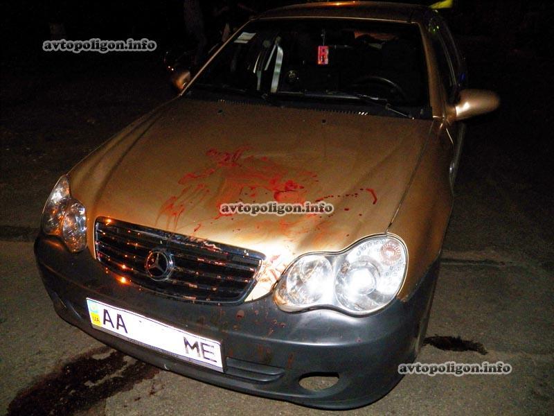 Говорят, что побитый таксист умышленно измазал кровью машину обидчиков