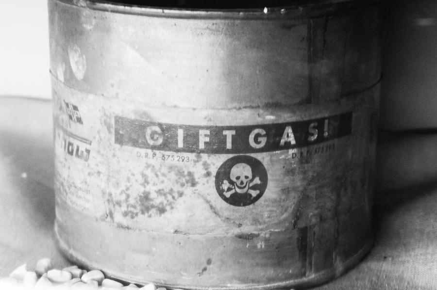 Цианид был в основе газа, которым нацисты травили евреев