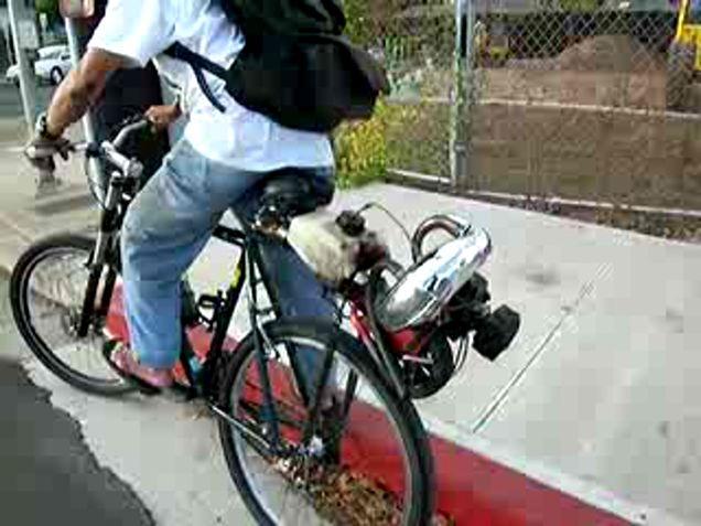 Велогонщица велосипед с мотором