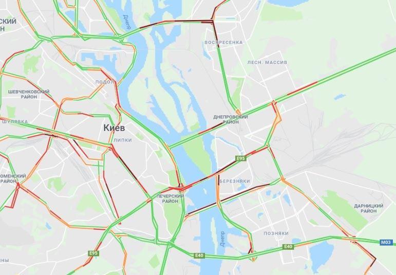 Пробки зацепили и мосты в столице