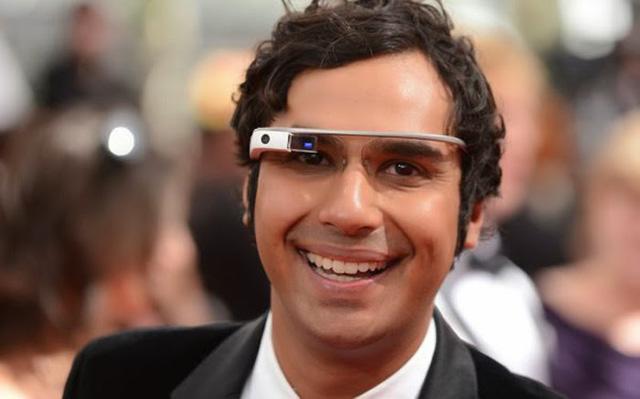 Даже Радж из Теории большого взрыва примерил очки Google Glass