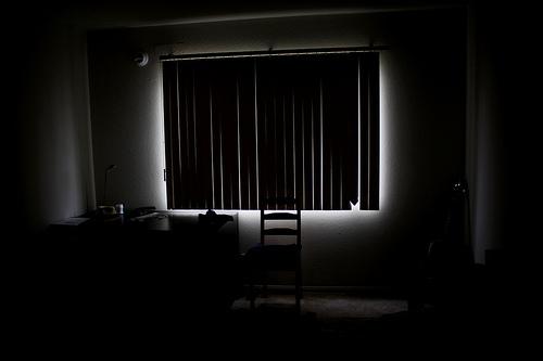 Спи в комнате, где нет ярких источников света