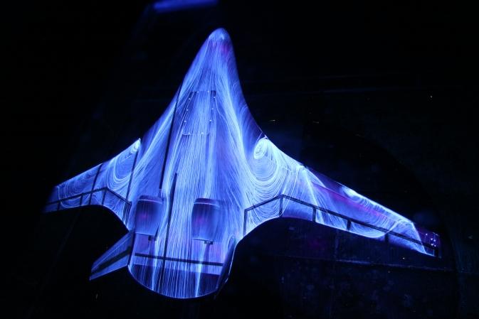 Испытание модели в аэродинамической трубе. По корпусу видны разводы от флуоресцентного масла, которое показывает завихрения воздуха.