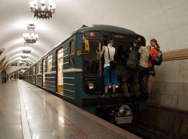 Метросерфинг - попытка прокатиться на поезде вне вагона. Часто заканчивается плохо