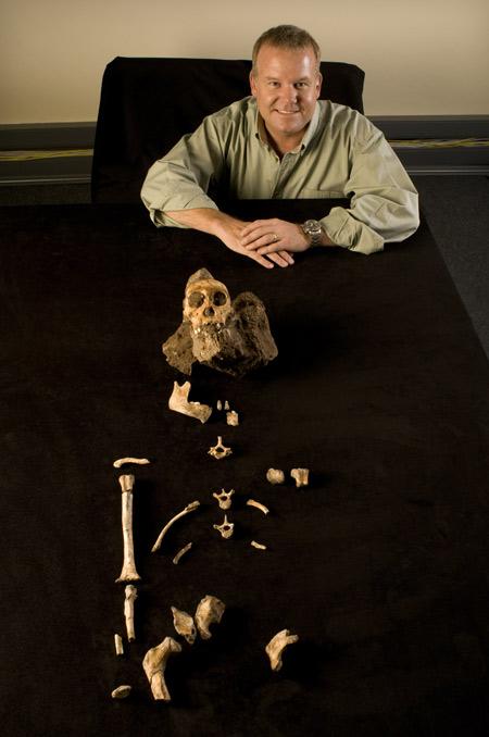 Ли Бергер и фрагменты скелета, принадлежащего к виду Австралопитек седиба.