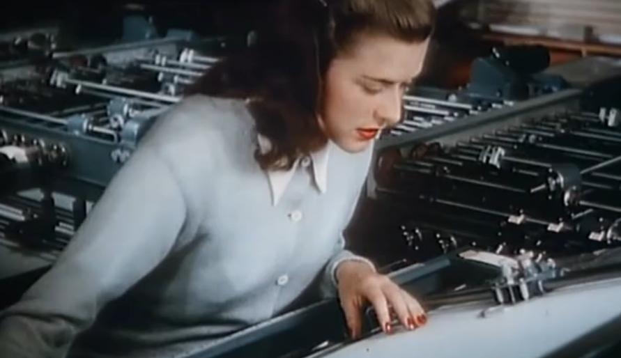 Девушка проверяет полученный результат, который медленно вырисовывается на бумаге