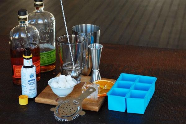 Умение готовить коктейли и экспериментировать со спиртным всегда приветствуется. Алкогольная алхимия приятно удивит веселую компанию, в которой можешь найти свою спутницу