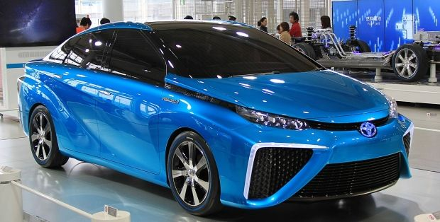 Toyota Mirai - первый в мире серийный автомобиль с водородным двигателем