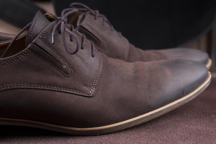 Обувь расправлять приходится после того, как клиент решил купить другую пару