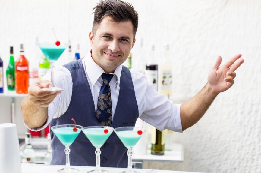 барменом устраиваться девушка скачать пришла