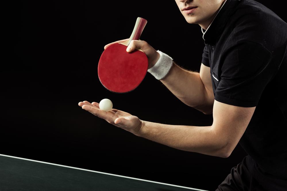 Невероятное везение: Парень отбил мяч в настольном теннисе лежа под столом
