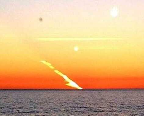 Оранжевый след в небе
