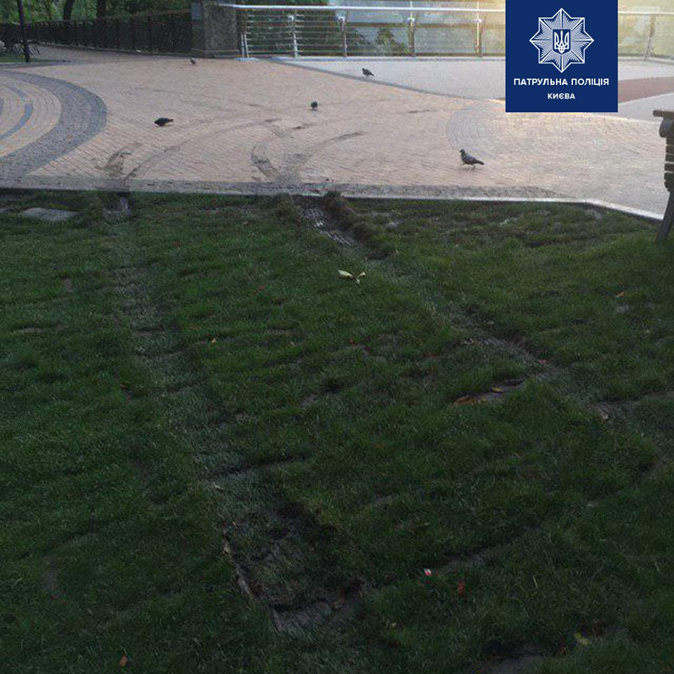 Пьяный водитель повредил газон в районе моста