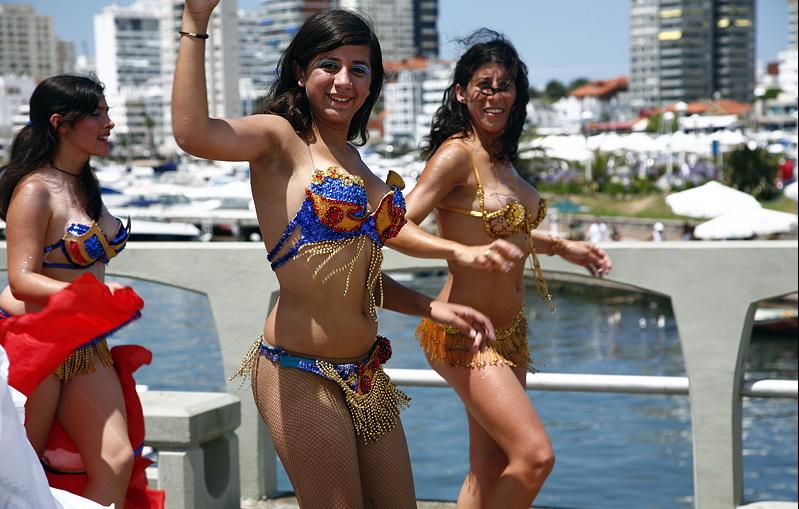 Шикарные девушки в стрингах на пляже 13 фотография
