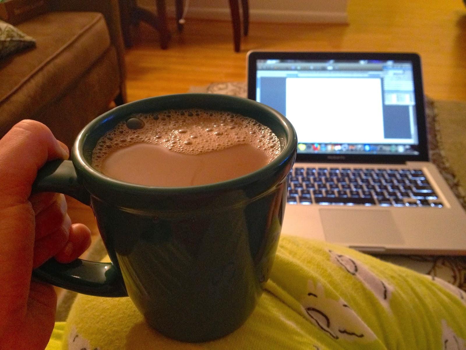 Утренний кофе помогает просыпаться перед работой после бурных выходных