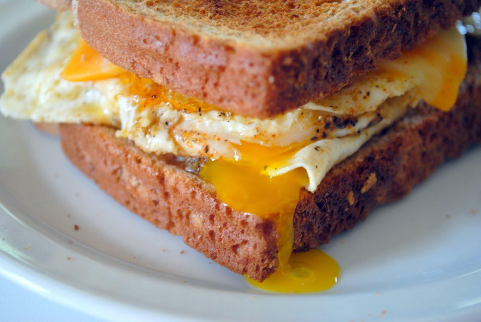 Бутерброд с жаренными яйцами — простой способ убить голод