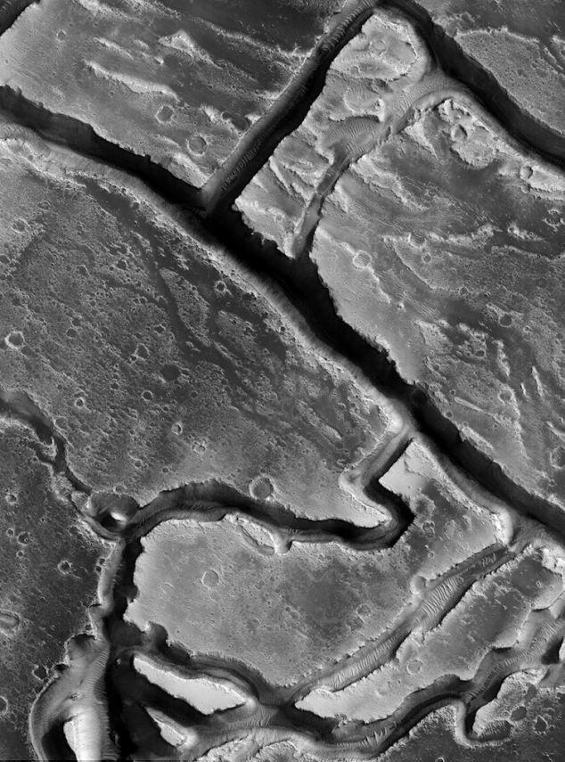 Каньоны области Граник и Tinjar Valles. Этот регион покрыт слоем лавы.
