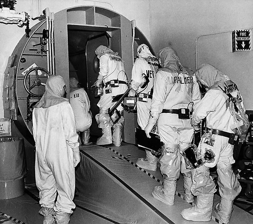 Рабочий персонал заходит в шлюзовой отсек отключенного аварийного реактора для проведения очередной технической экспертизы.