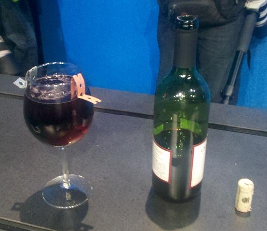 Пластинка, опущенная в красное вино, позволило дать питание процессору