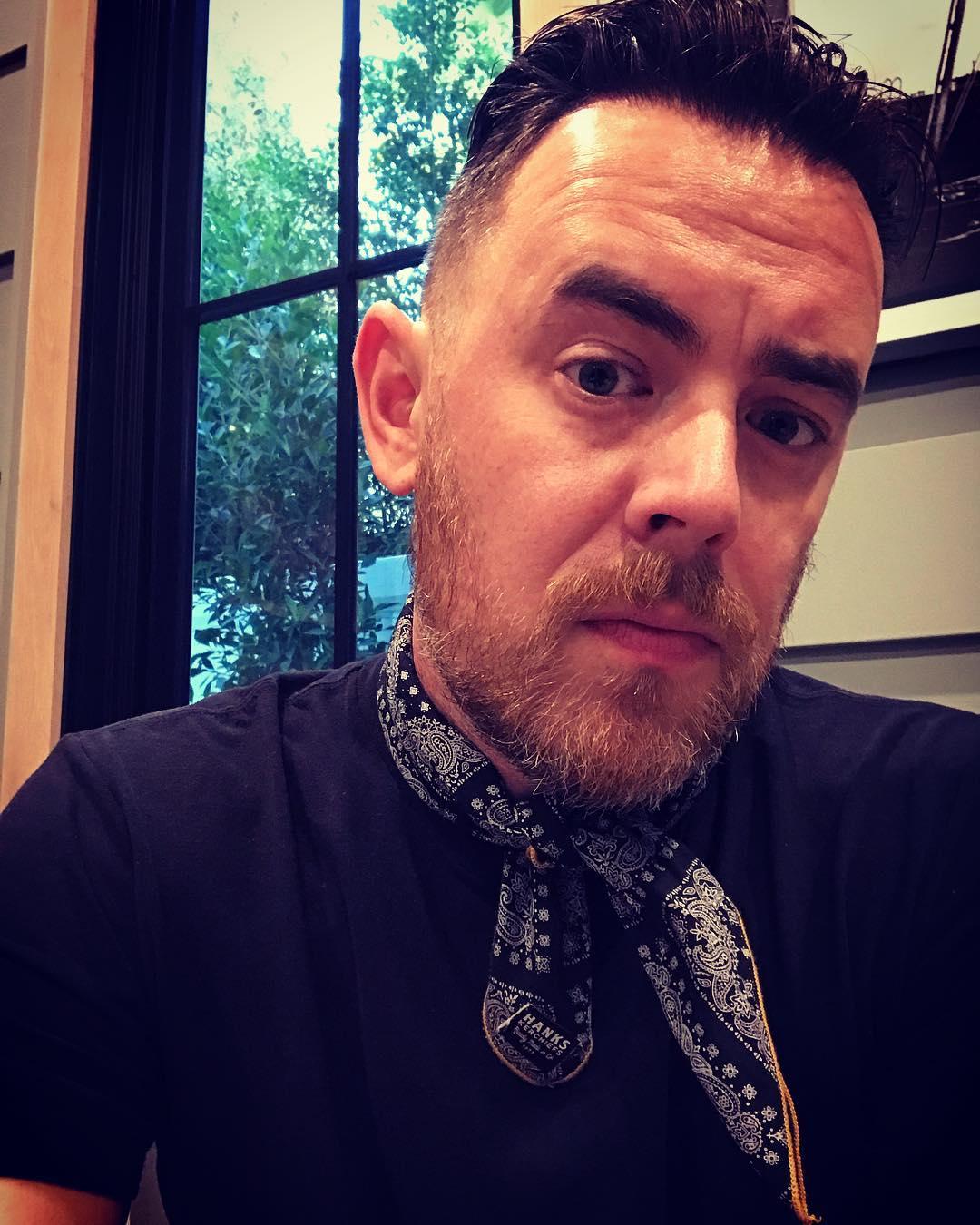 Я у папы бизнесмен: Сын Тома Хэнкса продает платки